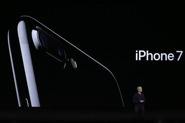 iPhone thế hệ mới chính thức mang tên iPhone 7, phiên bản Plus có camera kép. Cả hai đi kèm với màu sắc mới, đen bóng.