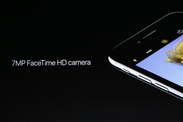 Camera trước của iPhone 7 selfie tốt hơn khi được nâng lên độ phân giải 7 megapixel. Trong khi đó, hệ điều hành iOS 10 cho phép lưu ảnh ở định dạng RAW, chỉnh sửa ảnh động Live Photos.